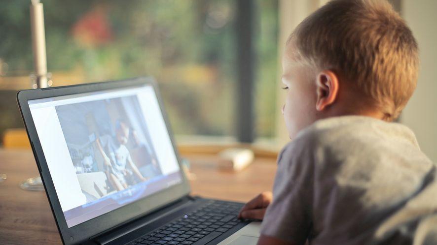 Jak dzieci spędzają czas w sieci? Raport