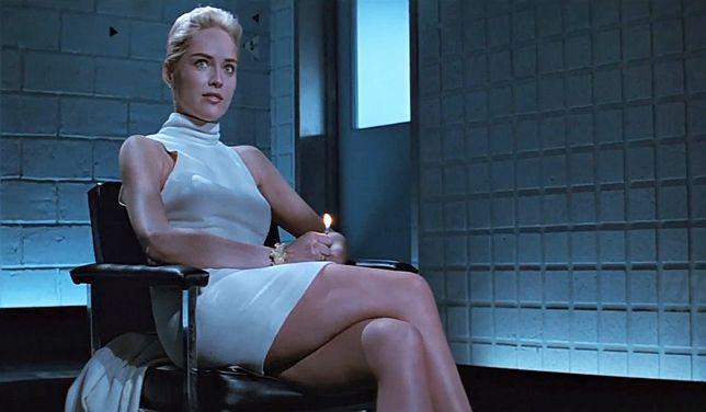 """Sharon Stone w kultowej scenie z filmu """"Nagi instynkt""""."""
