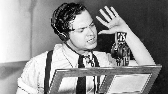 Orson Welles w trakcie audycji