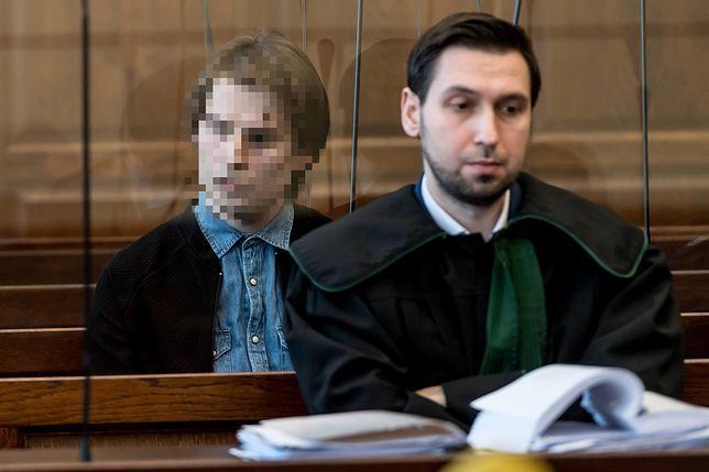 Organizator zbiórki Michał S. na sali sądowej.