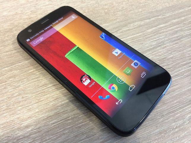 """Ten telefon nie bez powodu wciąż bywa nazywany """"idealnym budżetowym smartfonem"""". U niektórych operatorów można go znaleźć za złotówkę i jeżeli macie możliwość wzięcia go za tę cenę, to z pewnością warto. Urządzenie zostało wyposażone w 4,5-calowy ekran HD, czterordzeniowy procesor 1,2 GHz, 1 GB pamięci RAM oraz 8 lub 16 GB pamięci wewnętrznej. Taka specyfikacja wystarczy do płynnego działania Androida w wersji 4.3, który został pozbawiony wszelkich nakładek. Warto dodać, że producent udostępnił już aktualizację systemu do wersji 4.4 KitKat. Motorola Moto G posiada aparat 5 Mpx z fleszem LED oraz przednią kamerkę do rozmów wideo."""