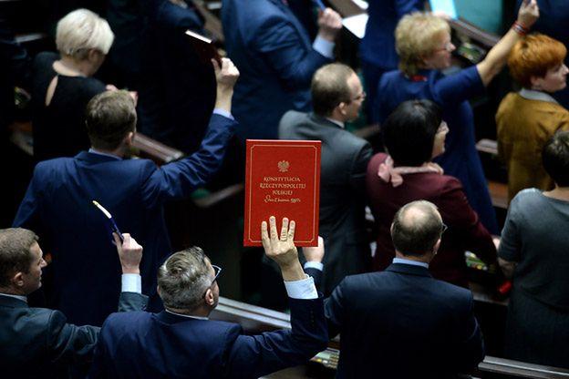 Gorący wieczór w Sejmie: wybrano pięciu sędziów TK, opozycja protestowała