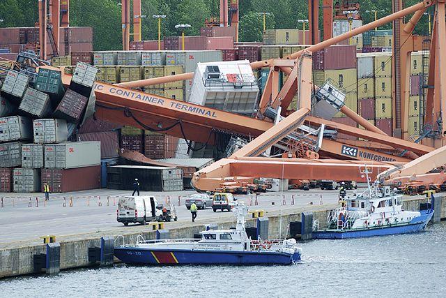 Dźwig spadł na nabrzeże portu - zobacz zdjęcia