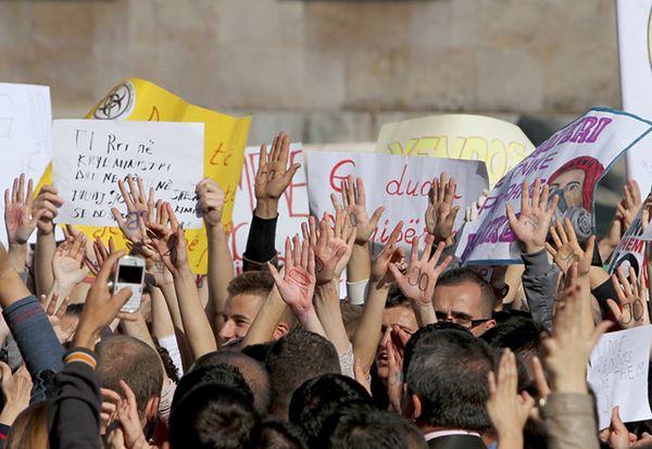 Protest w Tiranie przeciwko likwidacji syryjskiej broni chemicznej w Albanii