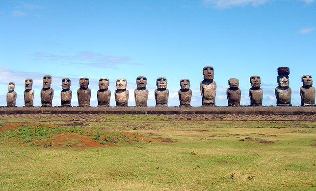 Wyspa jest położona w południowej części Oceanu Spokojnego. Zamieszkuje ją prawie 8 tys. mieszkańców