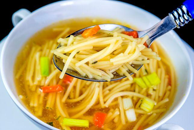 Tradycyjny rosół z makaronem to zupa, która kiedyś gościła na naszych stołach w każdą niedzielę