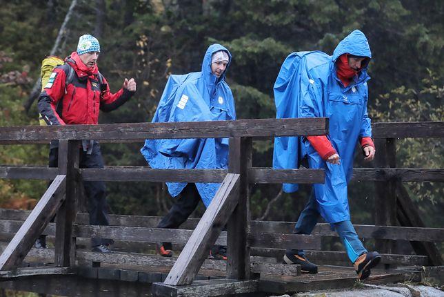 Kolejna grupa ratowników TOPR wyrusza z Morskiego Oka w rejon Rysów, by ratować niemieckich turystów