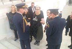 Kobiety z antyfaszystowskimi koszulkami wyprowadzone z Sejmu. Wcześniej doszło tam do promowania rasizmu