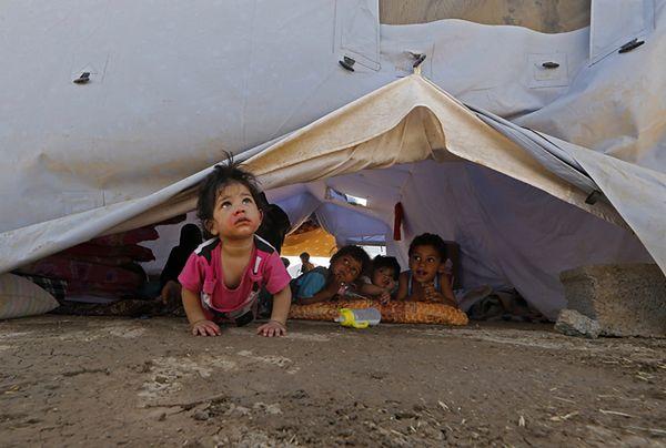 Dzieci, które zbiegły z rodzinami przed islamistami z ISIL