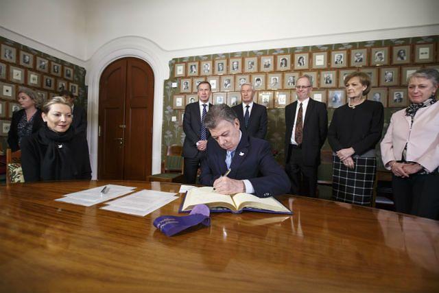 Prezydent Kolumbii podpisuje protokół noblowski w siedzibie komitetu
