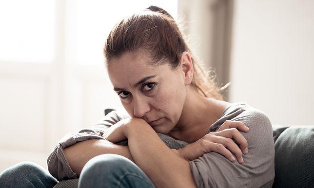 Mariola wie, że mąż ją zdradza. Stara się to tolerować