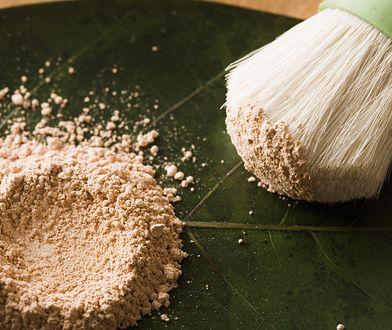 Podkład mineralny. Postaw na cudowny kosmetyk, który upiększa i leczy delikatną cerę
