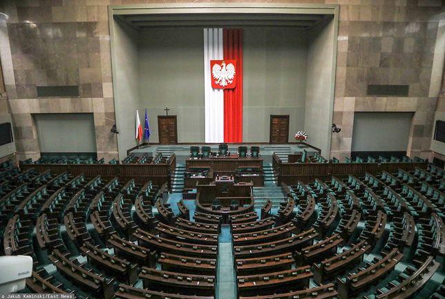 Sondaże wyborcze. PiS może rządzić samodzielnie. W Sejmie tylko 4 ugrupowania