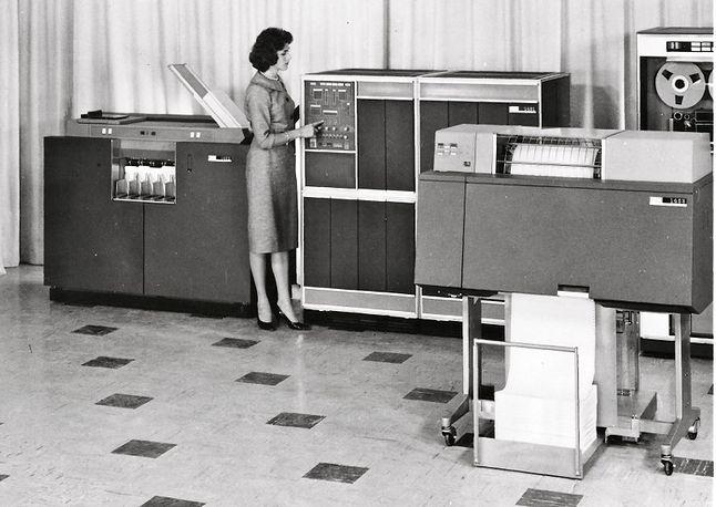 IBM 1401 - zdjęcie promocyjne. Komputer cywilny, teoretycznie możliwy do zakupu przez zakłady Elwro… ale tylko teoretycznie.