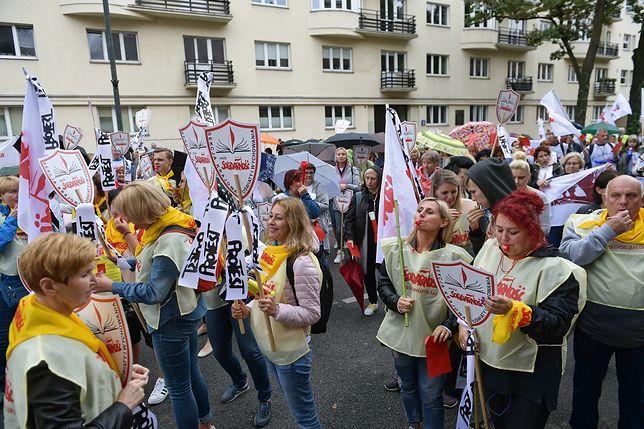 Nauczyciele protestowali przed ministerstwem. Pokazali Annie Zalewskiej czerwoną kartkę
