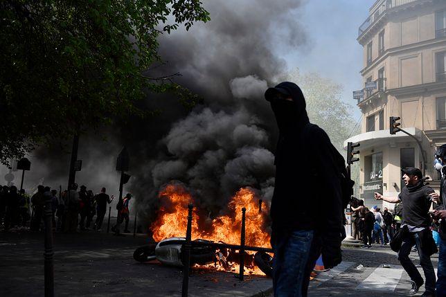 Demonstranci podpalają samochody, skutery i kosze na śmieci
