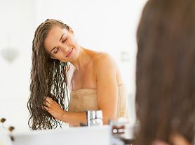 Poznaj właściwości olejku rycynowego, który doskonale wpływają na włosy