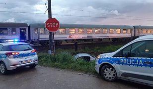 Zderzenie osobówki z pociągiem na niestrzeżonym przejeździe. Ruch wstrzymany