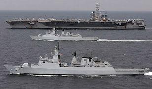 Lotniskowiec USA klasy Nimitz i dwie fregaty malezyjskie na Morzu Południowochińskim