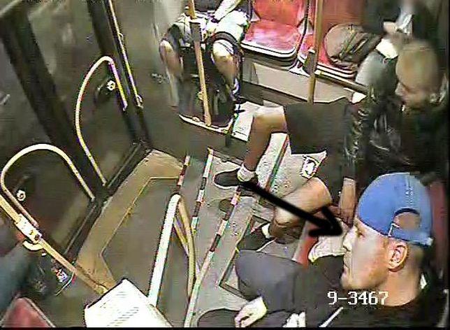 Kradzież i brutalne pobicie w centrum miasta. Policja szuka tych mężczyzn