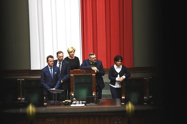 Posłowie PO wciąż blokują mównicę w sali plenarnej Sejmu