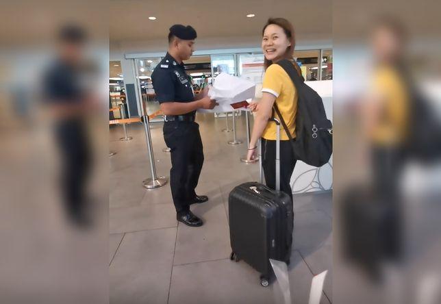 Na nagraniu widać, że pracownikowi lotniska trudno było zachować powagę
