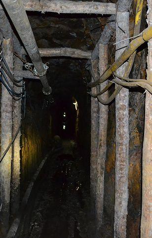 """Silny wstrząs w kopalni węgla """"Rydułtowy"""". Jeden górnik nie żyje, ośmiu poszkodowanych. Trwa akcja wydobycia zmarłego"""
