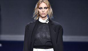Anja Rubik na wybiegu Versace