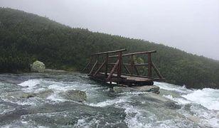 W wyniku intensywnych opadów deszczu wiele górskich potoków zamieniło się w rwące rzeki