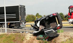 Pabianice. Zderzyły się trzy pojazdy - na miejscu zginął kierowca jednego z nich