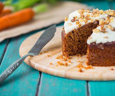 Ciasto marchewkowe fit może być podane z kremem albo posypane cukrem pudrem.
