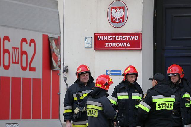 Warszawa. Straż pożarna przed budynkiem Ministerstwa Zdrowia