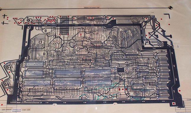 Folia płyty głównej Atari 1200. W prawym górnym rogu widoczna 50-pinowa magistrala.