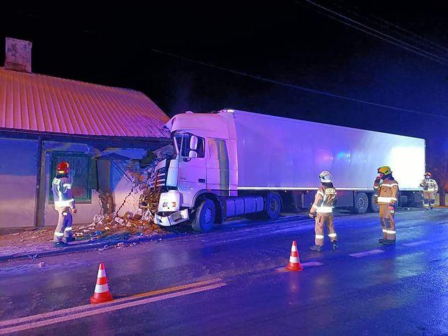 Biała Rawska. Ciężarówka wjechała w budynek