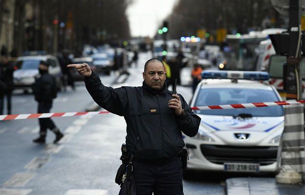 Mężczyzna zginął w czasie ataku na komisariat w Paryżu