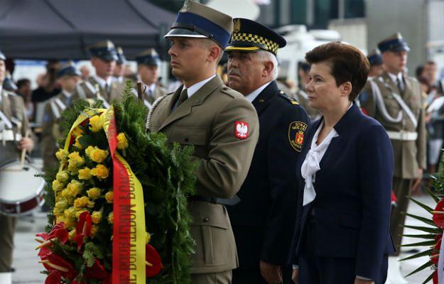 Prezydent Warszawy w towarzystwie komendanta warszawskiej straży miejskiej Zbigniewa Leszczyńskiego składa kwiaty przed Grobem Nieznanego Żołnierza