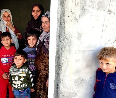 Jazi (po środku, w czarnej chuście) z rodziną w obozie Qusthapa niedaleko Irbilu w Iraku