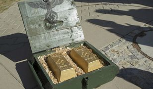 Skrzynia z imitacjami sztabek złota, przyniesiona przez nieznane osoby na konferencję prasową nt. zbadania terenu i ewentualnego oczyszczenia z materiałów niebezpiecznych w rejonie domniemanego miejsca ukrycia pociągu pancernego z czasów II wojny światowej, 2015 r.