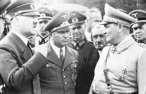 Hitler w towarzystwie Roberta Leya, Ferdinanda Porsche'a i Hermanna Göringa w Wilczym Szańcu, 1942