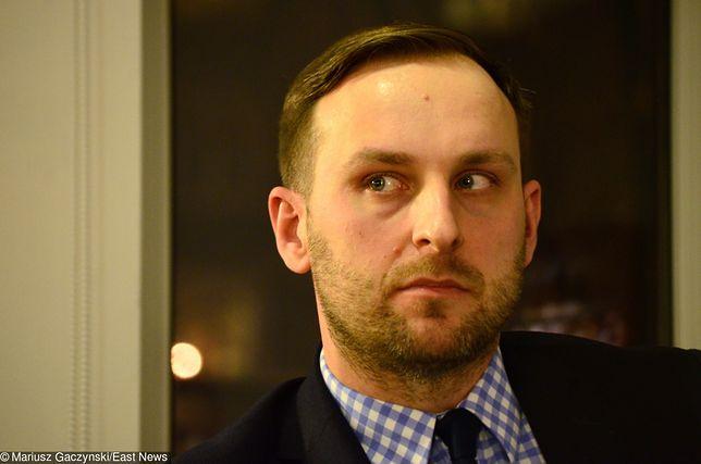 Jarosław Trybuś udostępniając kontrowersyjną grafikę wywołał skandal, po czym usunął wpis