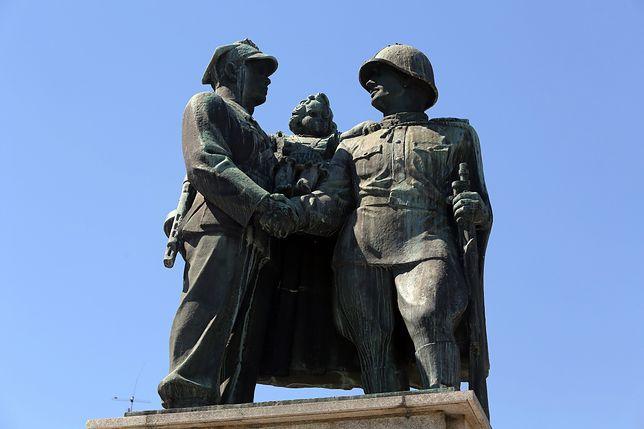"""Rozebrano pomnik wdzięczności Armii Radzieckiej. """"Był symbolem zniewolenia"""""""