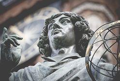"""Pomnik Kopernika w Toruniu. Mieszkańcy oburzeni jego nowym """"strojem"""""""