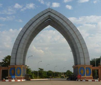 Ogród Fontann w Naypyidaw. To miasto rządząca junta wojskowa wybudowała niemal od zera, by w 2005 roku przenieść tu stolicę, 2011 r.