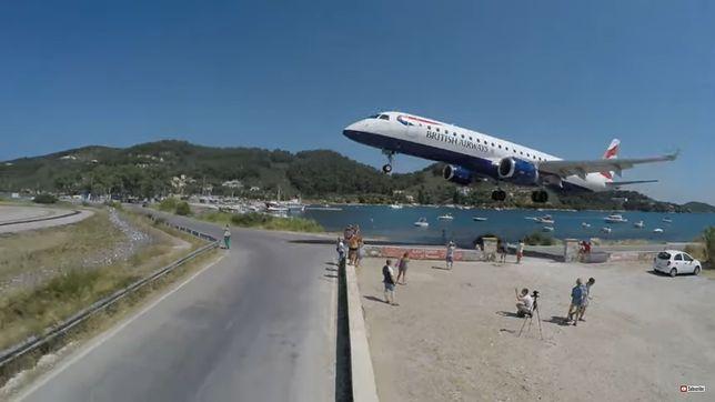 Samoloty w obiektywie turystów. Niebezpieczna praktyka na greckiej wyspie.