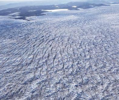Niewielkie rzeki powstałe na skutek topnienia lądolodu na Grenlandii.