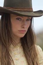 Olivia Wilde wiąże sznurówki Liama Neesona