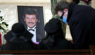 Trwa pogrzeb Krzysztofa Krawczyka. Żałobnicy dotarli do Grotników, gdzie muzyk zostanie pochowany