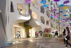 Dubaj. Turyści ochłodzą się na ulicy ze sztucznym deszczem