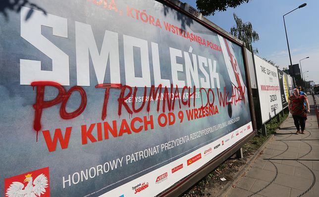 """Premiera filmu """"Smoleńsk"""" wywołała skrajne emocje. Na zdjęciu zniszczony billboard reklamujący film"""