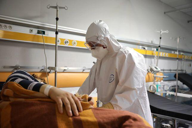 """Liczba zakażeń cały czas rośnie. Dr Dzieciątkowski: """"Jesienią nałożą się dwa wirusy i będziemy walczyć z superinfekcją"""""""